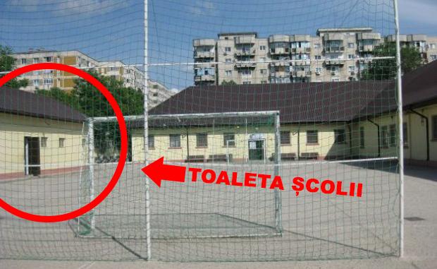 București în secolul XXI. Şcoala care a ars în sectorul 5 avea în continuare toaleta în curte.