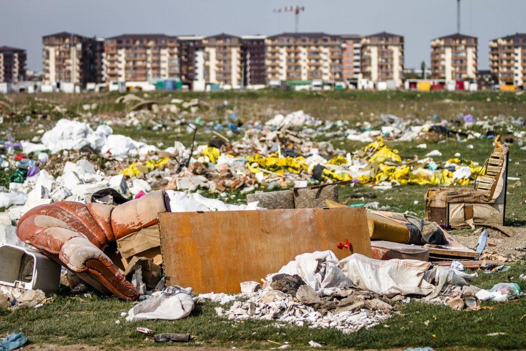 Primarul Daniel Florea lasă aproape 5.000 de tineri și copii să trăiască cu o groapă de gunoi lângă cartierul nou în care s-au mutat
