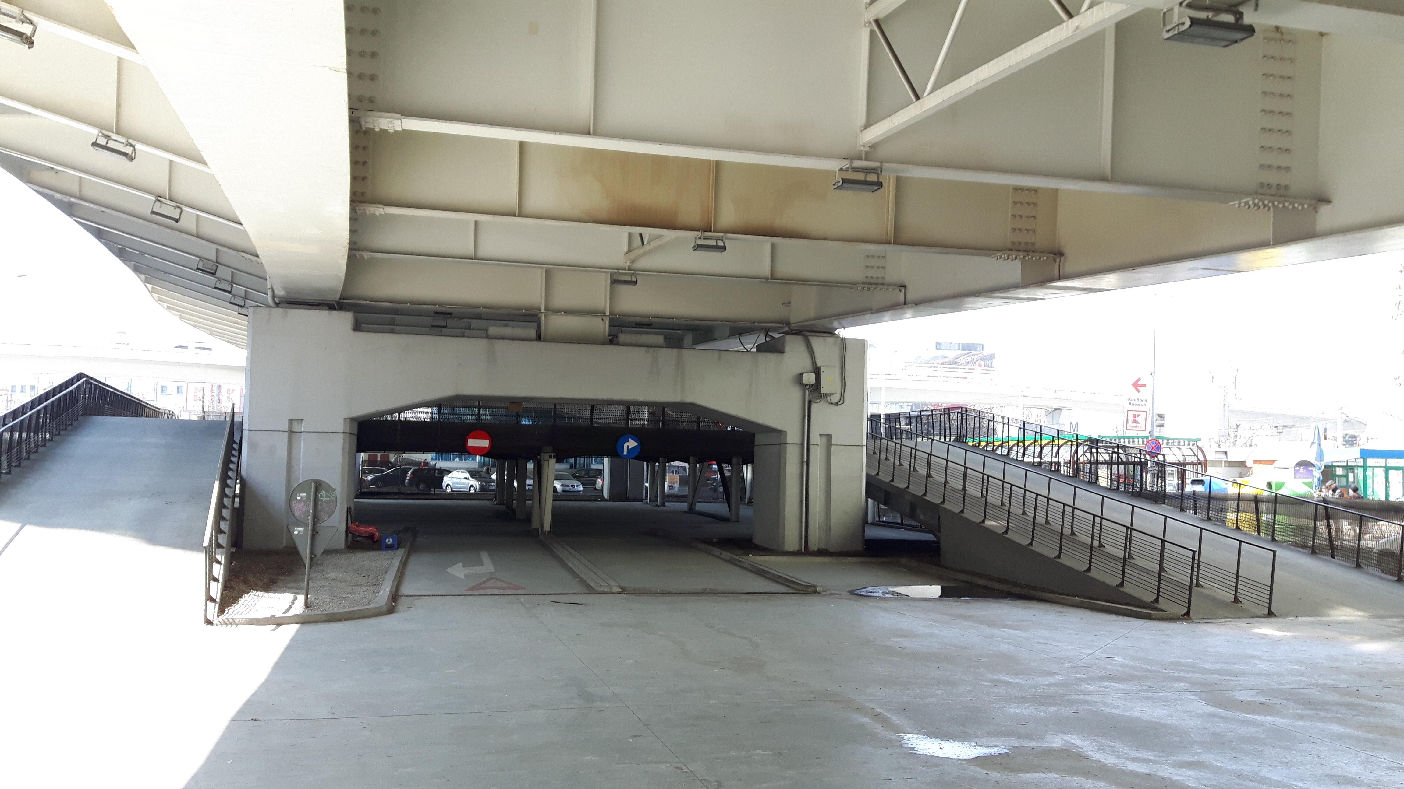 O parcare a Municipalității stă închisă de cinci ani