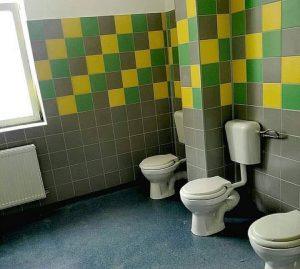 SCANDALOS. Şcoala nr. 49 are o toaletă pentru fete unde vasele WC nu sunt separate de un panou.