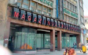 """O clădire emblematică a Capitalei va dispărea. A început demolarea fostului """"mall"""", Magazinul Universal București. Cladirea este construită în 1929."""