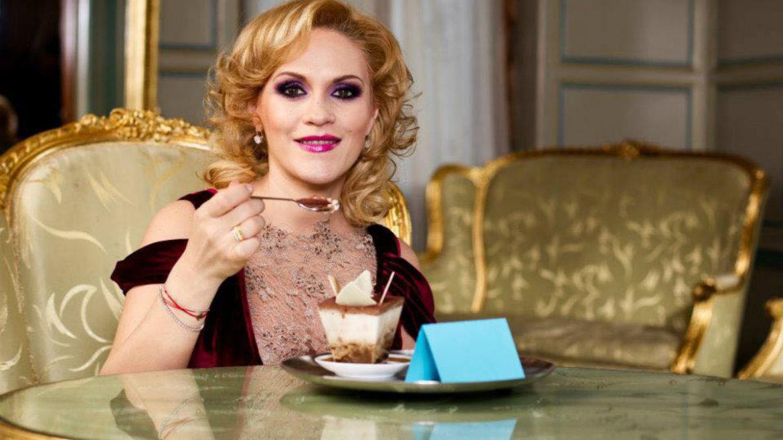 Gabriela Firea mănâncă prăjituri